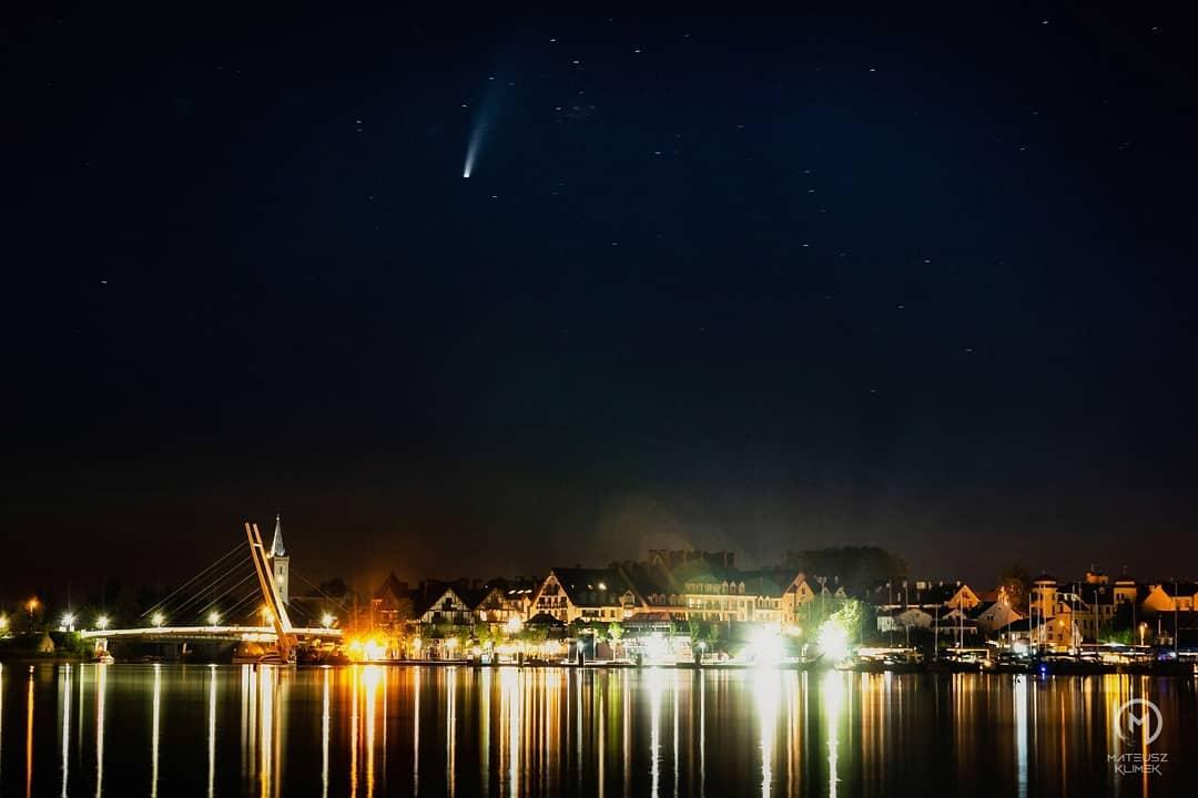 Kometa 🌠 Neowise oddala się od ziemi i niedługo przestanie być całkowicie widoczna 🏙️😍 ______ #mikolajki #mikołajki #mia