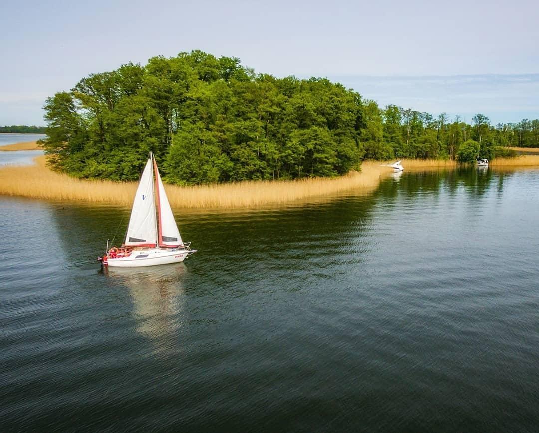 W tym roku wyjątkowo późno, ale nareszcie na jeziorach zaczynają pojawiać się pierwsze jednostki 😉⛵ 🌅  ______ #mikolajki