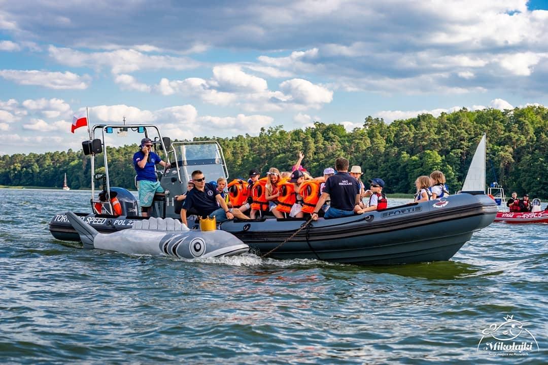 Wspólnie z młodymi żeglarzami z MKŻ Mikołajki zwodowaliśmy Króla Sielaw! 🐟 👑 😍 ______ #mikolajki #mikołajki #miastomikol
