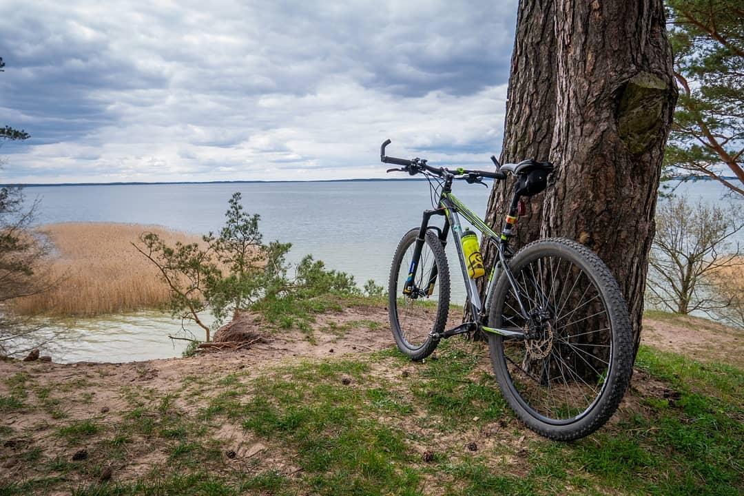 Wyruszając z Mikołajek na wycieczkę rowerową dookoła Śniardw koniecznie odwiedź półwysep Szeroki Ostrów 😍🚴🌅⛵ _______ #mi