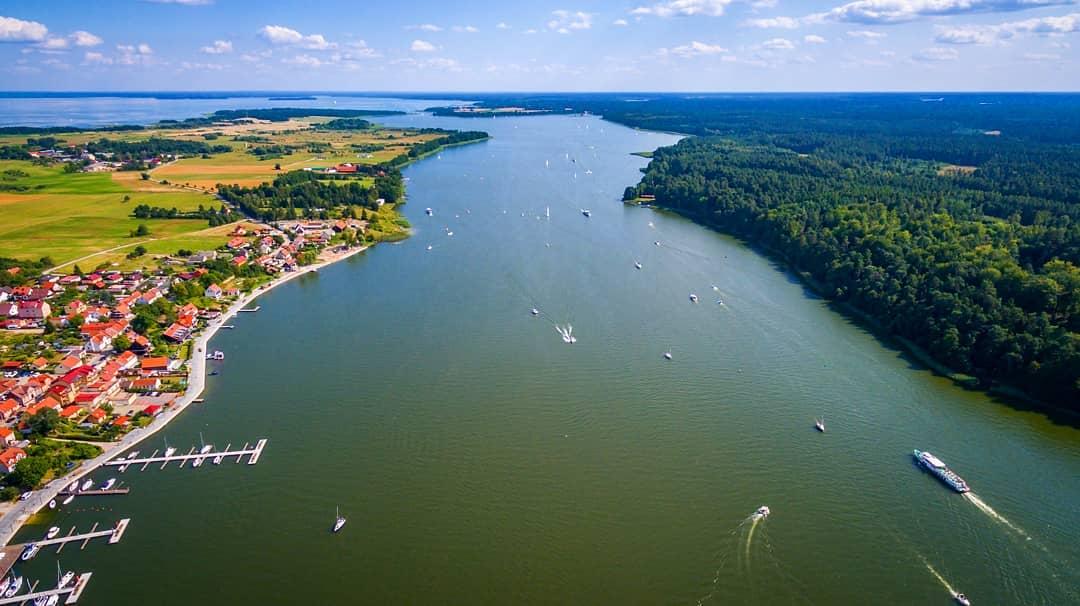 Idealna weekendowa pogoda sprawia, że na jeziorach pojawiło się mnóstwo białych żagli 😍⛵🌅🌳 ______ #mikolajki #mikołajki