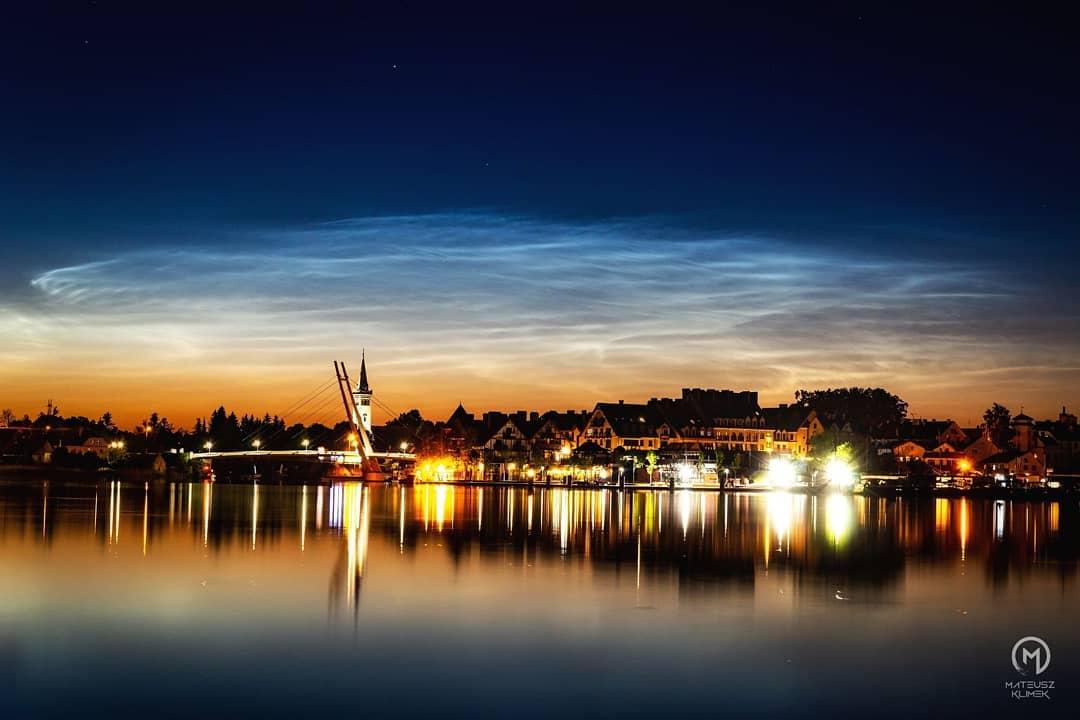 Ubiegłej nocy nad Mikołajkami pojawiły się srebrzyste obłoki! 🤩🏙️✨ ______ #mikolajki #mikołajki #miastomikolajki #beauti