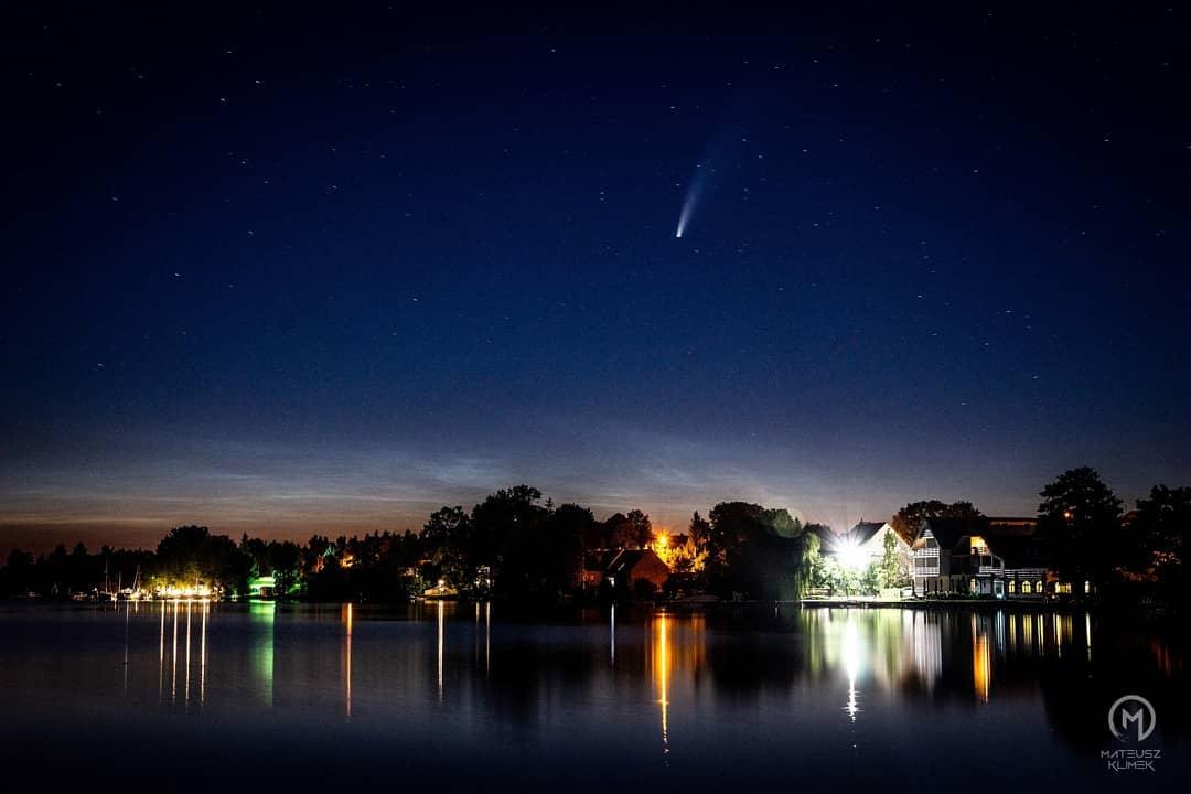 Kometa C/2020 F3 NEOWISE pięknie prezentuje się na nocnym niebie! Warto wyruszyć poza miasto, aby móc podziwiać jej urok