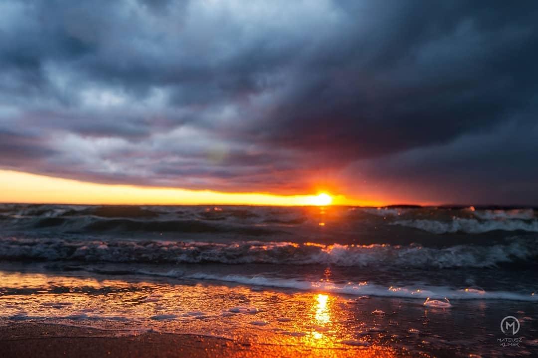 Zachody słońca nad Śniardwami hipnotyzują! 😍🌊 ☀  ______ #mikolajki #mikołajki #miastomikolajki #beautifulpoland #mazury