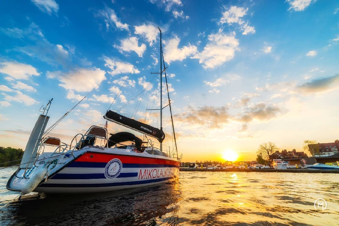 Z utęsknieniem czekamy aż cały port zapełni się zaglówkami⛵☀️ Dzisiejszy zachód słońca w @wioska_zeglarska_mikolajki 😍 _